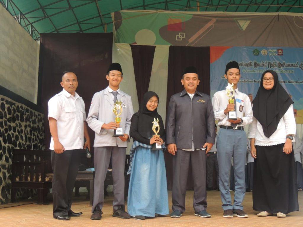 Kepala Madrasah memberikan penghargaan kepada pemenang lomba dai antarkelas